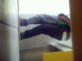 Metendo no amiguinho no banheiro da escola